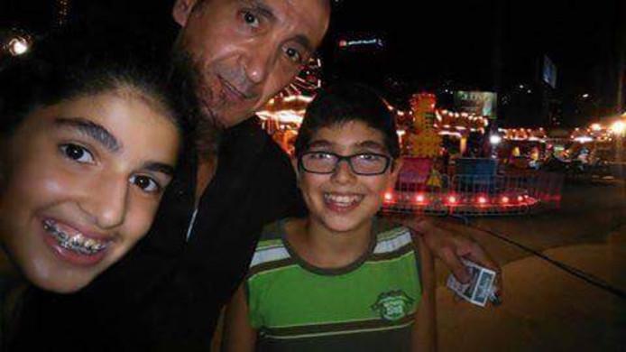 Mher Sarkissian, de vader van Jean uit The Voice Kids op de foto met zijn twee kinderen