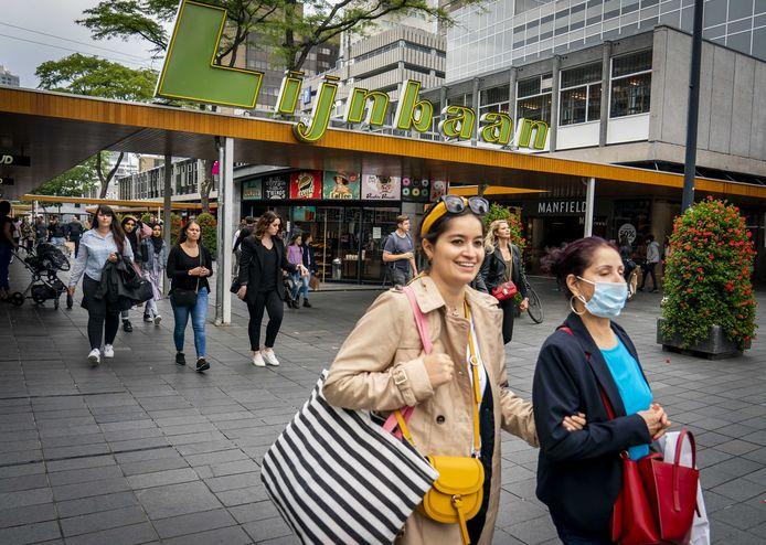 Voetgangers met en zonder mondkapjes in Rotterdam. In de havenstad en omstreken vertoont het aantal coronabesmettingen een grillig karakter met een nieuwe stijging.