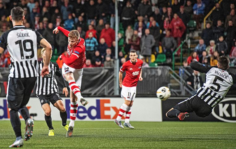 Ferdy Druijf schiet de bal blind richting goal Partizan en scoort de 2-2. Beeld Guus Dubbelman / de Volkskrant