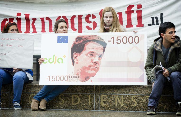 Studenten demonstreren tegen het nieuwe leenstelsel voorafgaand aan het debat in de Tweede Kamer. Beeld anp