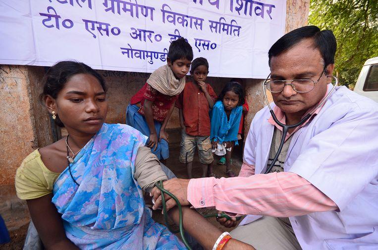 Artsen op afgelegen plaatsen in India helpen op kosten van Tata bij de preventie van ziektes. Beeld Tata Steel