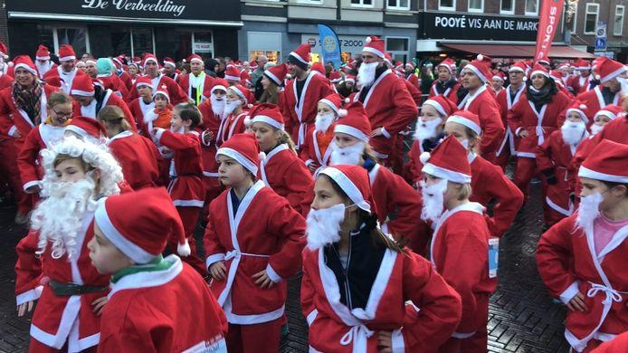 De kerstmannen en -vrouwen verzamelden zich in Oosterhout.