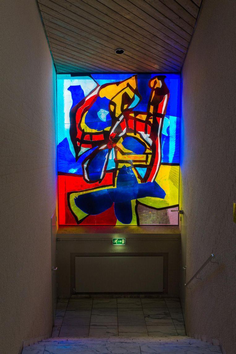 Glasappliqué van Antonio Saura (1967) in de Thomaskerk, Prinses Irenestraat 36. De Spaanse kunstenaar Antonio Saura maakte maar één glasappliqué, een kruisiging, gebaseerd op De kruisiging, Velazquez' monumentale schilderij uit 1631 Beeld Monumenten en Archeologie, Gemeente Amsterdam/Paul Nieuwenhuizen