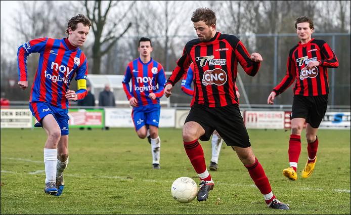 Milsbeek-spits Mendel Janssen aan de bal tegen Heijen.