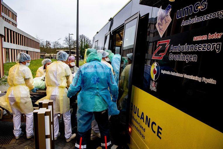 Een patiënt uit het Amphia ziekenhuis wordt vrijdag met een Mobiele Intensive Care Unit (MICU) naar een ziekenhuis buiten Brabant vervoerd.  Beeld ANP