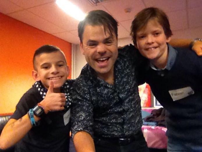 Tygo en zijn vriend Fabian met Roel van Velzen.