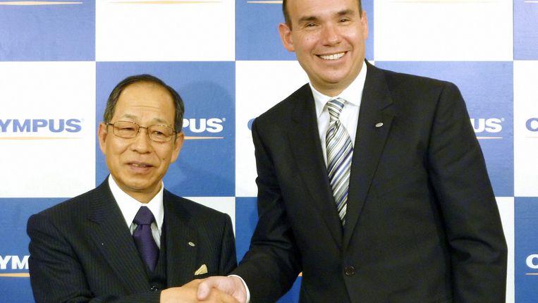 Tsuyoshi Kikukawa (links) met zijn Britse opvolger Michael Woodford in februari dit jaar. Beeld AP