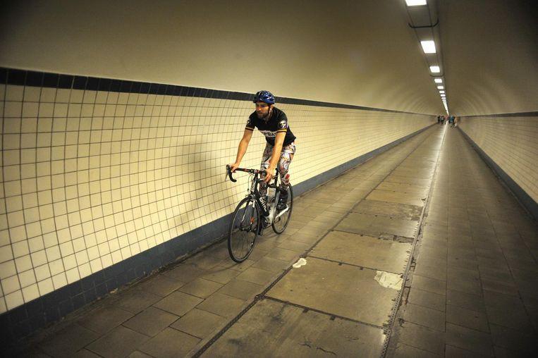 De Sint-Annatunnel, Antwerpen. Fietsers komen er via een lift Beeld Piet den Blanken/HH