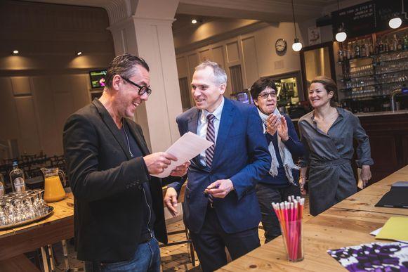 Minister Mathias Diependaele en Vooruit-coördinator Franky Devos na de ondertekening van de eerste schijf van 2 miljoen euro voor de restauratie van het kunstencentrum.