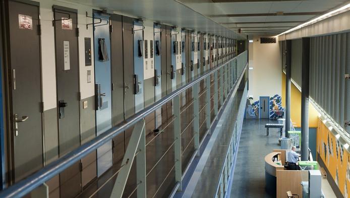 In de penitentiaire inrichting De Schie gaat van alles rond: bijvoorbeeld drugs, sterke drank en mobieltjes.