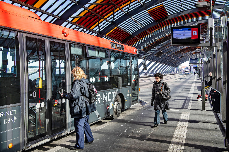 Nu vervoersbedrijven verplicht zijn een volledige dienstregeling te rijden – hoewel het aantal reizigers dramatisch is afgenomen – kunnen ze niet zonder extra overheidssteun. Beeld  Guus Dubbelman / de Volkskrant