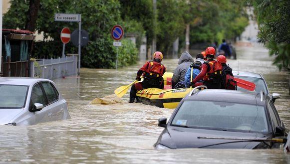 Reddingswerkers evacueren inwoners van Senigallia.