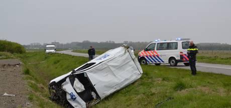 Inzittenden uit bestelbus geslingerd bij ongeluk in Noordwelle