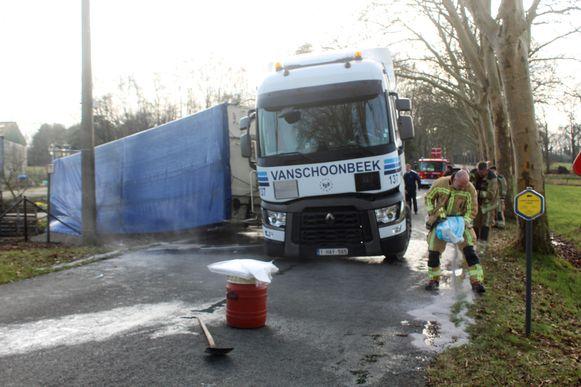 Brandweerpost Tessenderlo kwam ter plaatse om absorptiekorrels te strooien tegen de vrijgekomen mazout