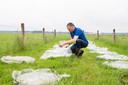 Veehouder Evert Kremer bij het wormen-testlab op zijn land.