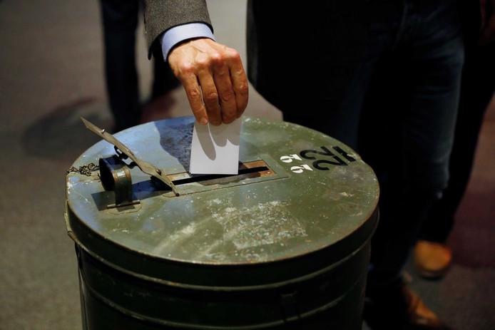 Stemmen tijdens de extra algemene vergadering van NOC*NSF waar Anneke van Zanen-Nieberg werd voordragen als nieuwe voorzitter.