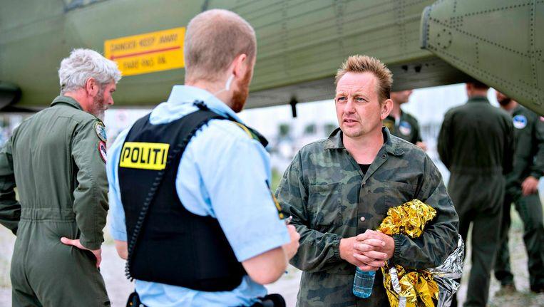 Peter Madsen praat op 11 augustus met de politie in de Dragoer Haven ten zuiden van Kopenhagen. Beeld afp