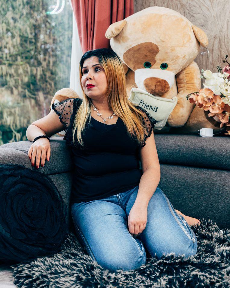 Amany Shalha (30) uit Syrië besloot tegen de adviezen in deel te nemen aan het reguliere inburgeringstraject en vond een gewillige taalschool. Ze is beëdigd als tolk.    Beeld Rebecca Fertinel