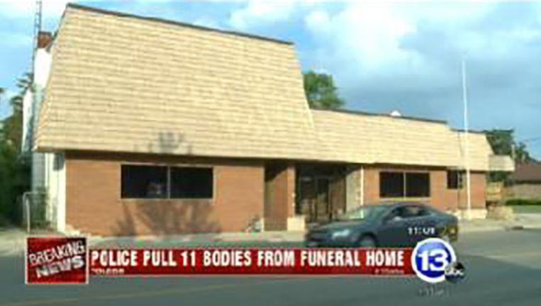 In plaats van de lichamen te cremeren, werden ze opgeslagen in lijkzakken, meldt Associated Press.