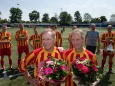 Voetbaltweeling (74) uit Kampen neemt afscheid na lange loopbaan
