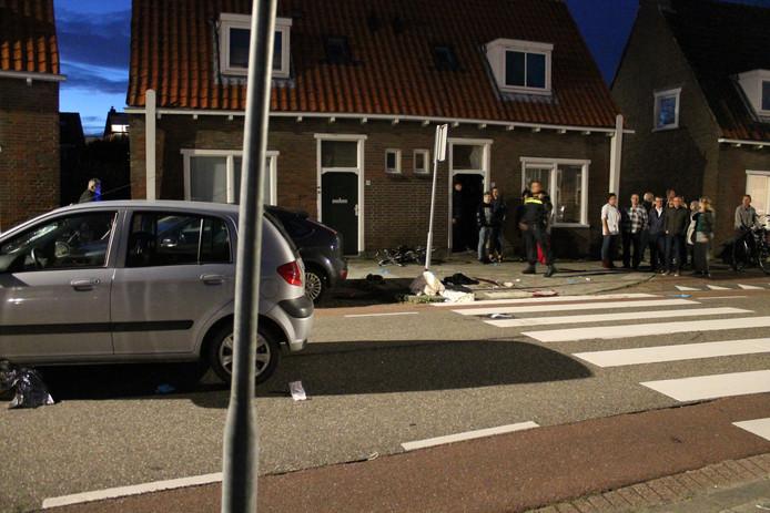 De auto (links) waarin de verdachte reed.