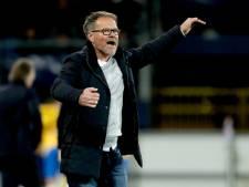 De Graafschap-trainer De Jong krijgt telefoon van moeder tijdens interview: 'Die lieve schat is hartstikke trots op me'
