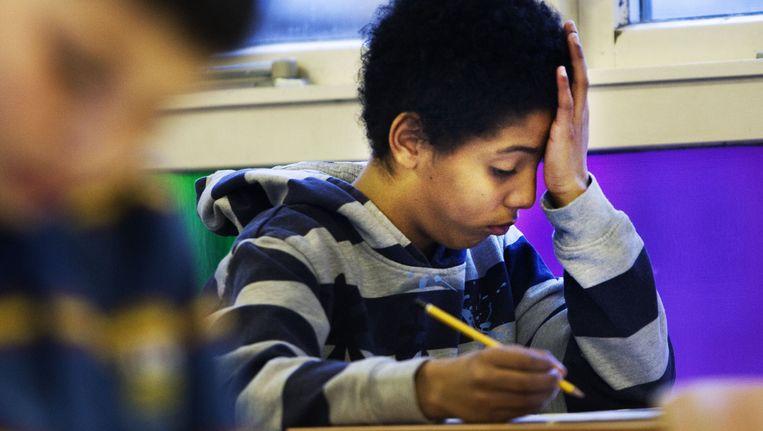 Leerlingen van de christelijke basisschool Overschie Locatie De Regenboog in Rotterdam buigen zich over de opgaven van de Cito-toets. PHOTO ROBIN UTRECHT Beeld anp
