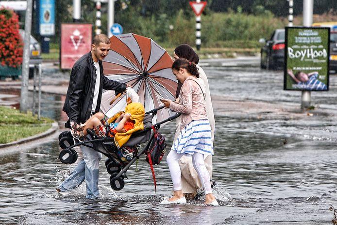 Wateroverlast na een plensbui in de Utrechtse wijk Kanaleneiland.