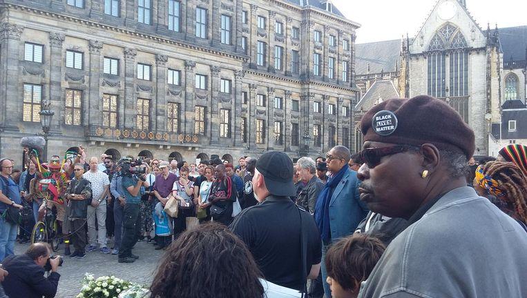 De herdenking op de Dam trok meer dan honderd mensen Beeld Bart van Zoelen