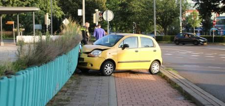 Auto botst tegen terras van voormalig Rembrandt Theater Arnhem