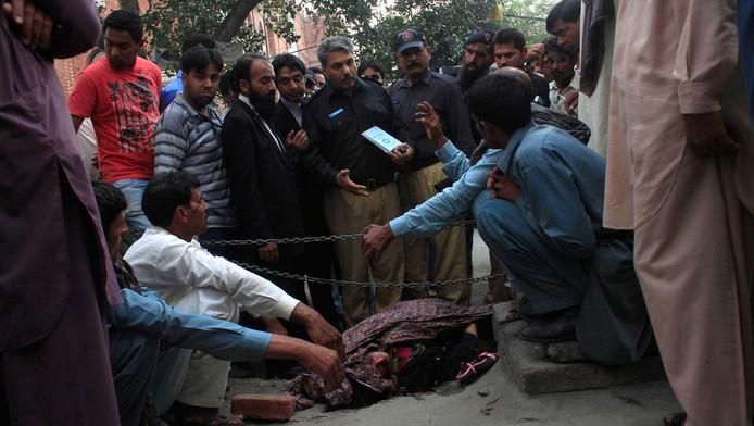 De politie doet onderzoek bij het lichaam van Farzana, op 27 mei