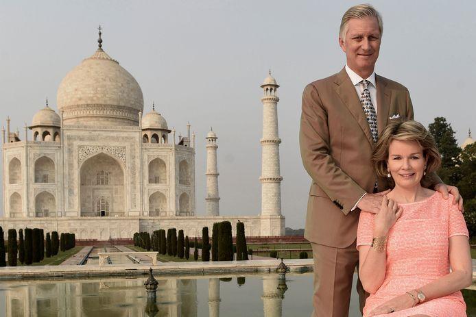 Het Belgische vorstenpaar koning Philippe en koningin Mathilde poseren bij de Taj Mahal tijdens hun staatsbezoek aan India in november.
