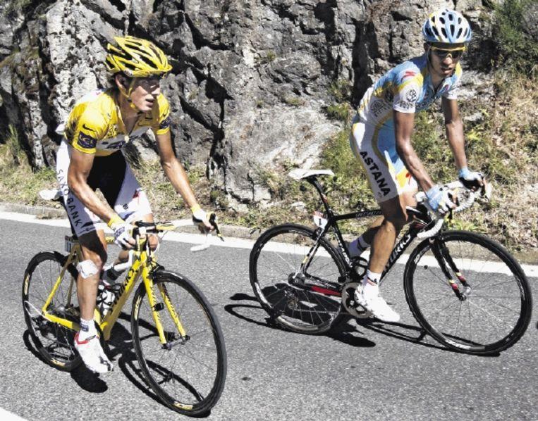 Alberto Contador houdt in om Andy Schleck de koppositie op te dringen. De Luxemburger geeft echter geen krimp. (FOTO EPA) Beeld