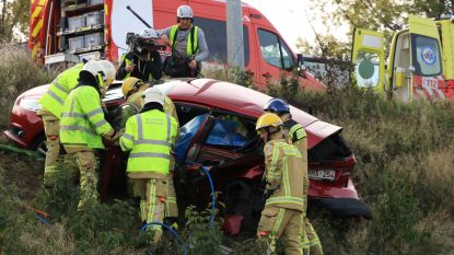 Auto in de berm gekatapulteerd: twee gewonden