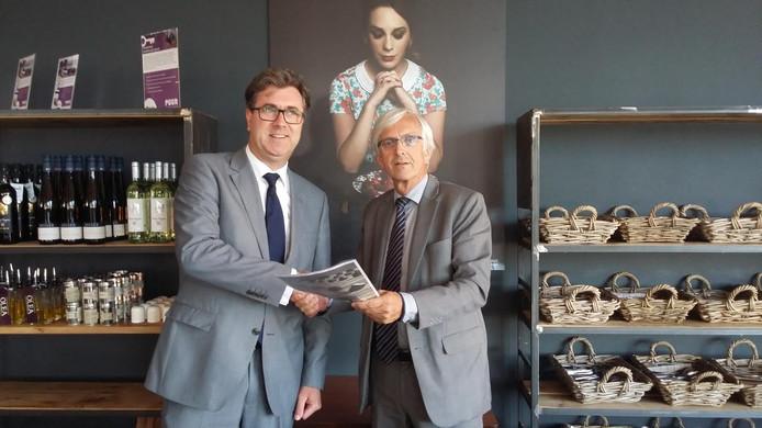 Bert Vogel (links), rector van het Calvijn College, overhandigt het manifest namens de Zeeuwse scholen aan onderwijsgedeputeerde Harry van der Maas.