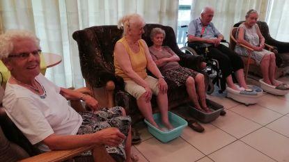 Bewoners van WZC Voortberg genieten van verkoelend voetbad