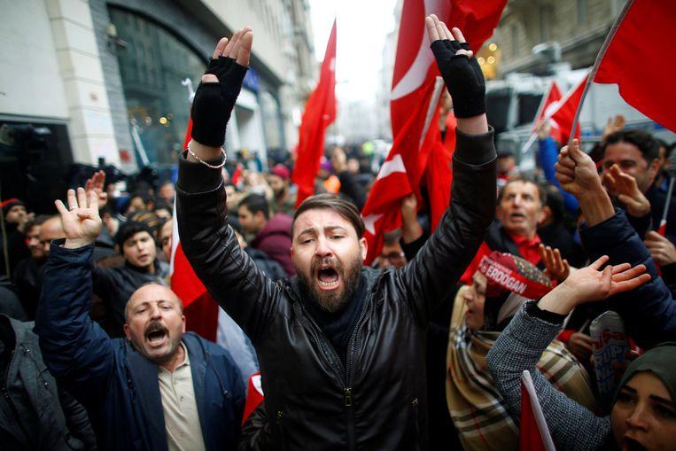 Een betoging aan het Nederlandse consulaat in Istanboel op zondag 12 maart 2017.