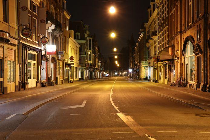 De Utrechtse Nobelstraat is uitgestorven op een tijdstip dat het hier doorgaans druk is met stappende studenten.