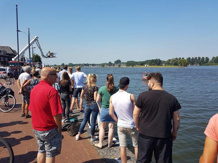 De brandweer zocht vanmiddag in de IJssel bij Kampen naar een persoon die er te water was geraakt.