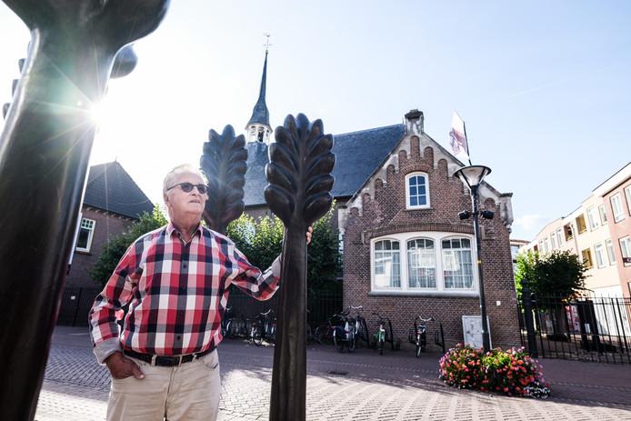 Jan Dekker met op de achtergrond de torenspits die nodig gerestaureerd moet worden.