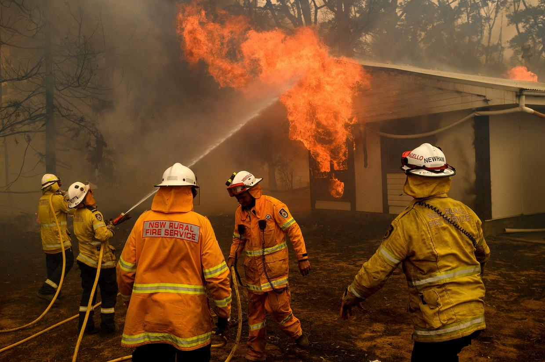 Brandweermensen proberen een huis in Bundanoon, New South Wales, te redden.