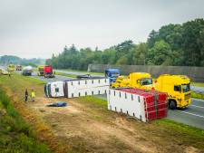 A50 tussen Veghel-Noord en Sint-Oedenrode tot 15.00 uur dicht door gekantelde vrachtwagen