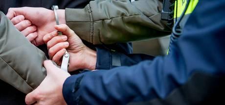 Politie vindt verdachte van vechtpartij in Best met handboeien om in bed
