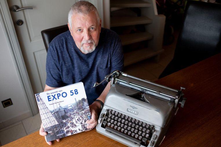 François Van Kerckhoven bij zijn bijzondere schrijfmachine. De man schreef een boek over Expo 58.
