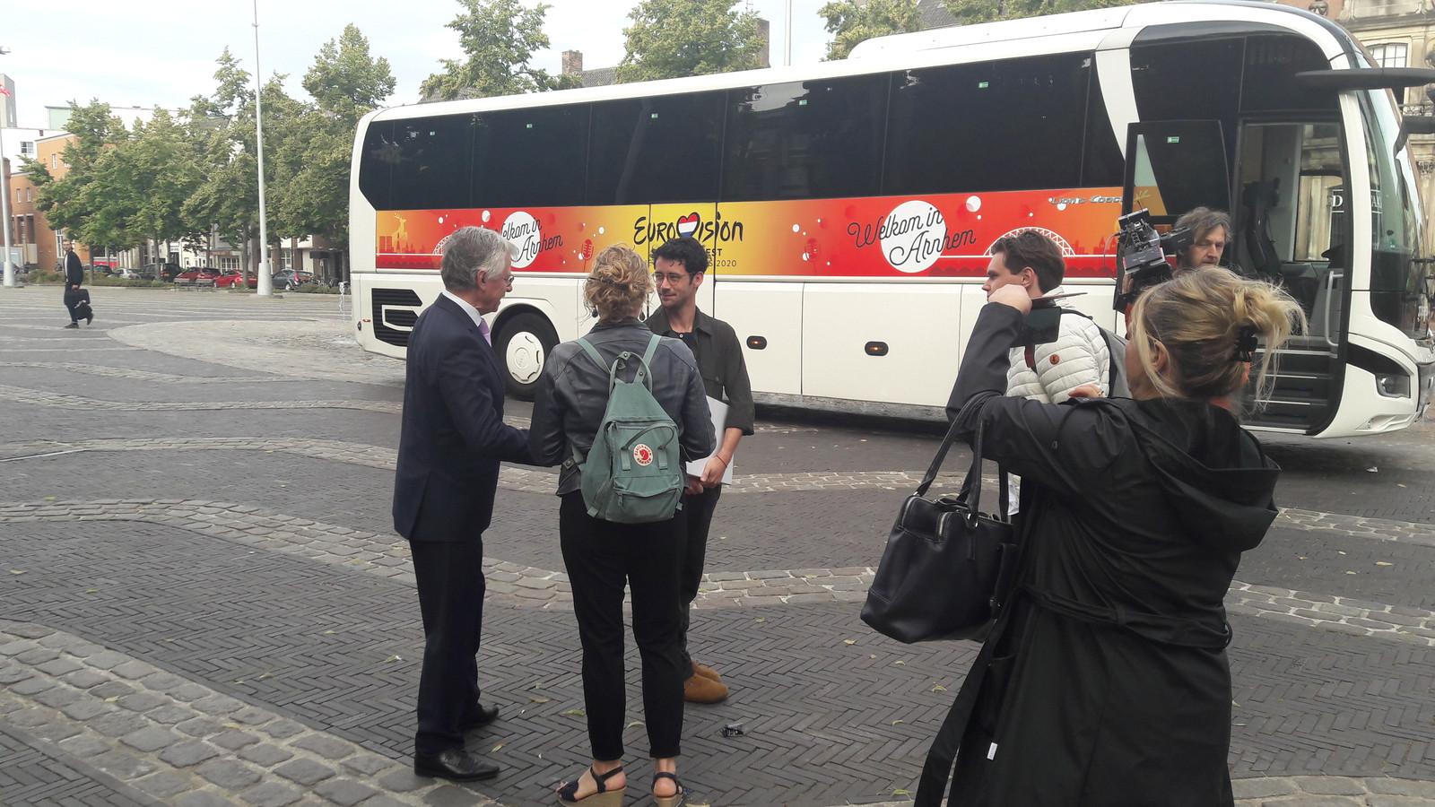 Commissaris van de Koning John Berends bij 'de Arnhemse bus'.