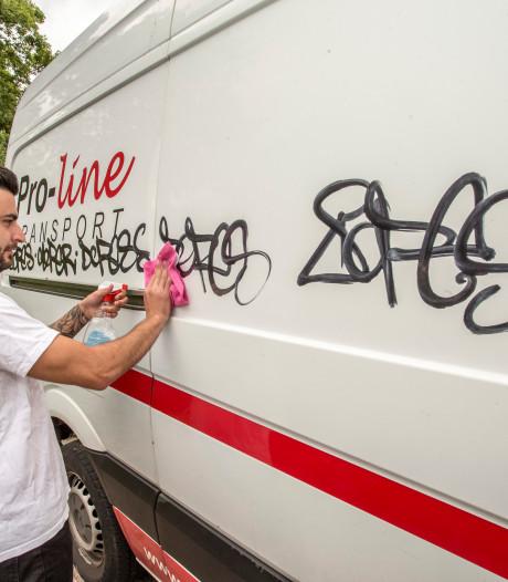 Graffitispuiter laat spoor van 'vernieling' na in Lochem, ondernemer Stephan een van de gedupeerden