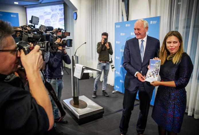 Minister Carola Schouten (LNV) ontvangt uit handen van oud-minister en commissievoorzitter Johan Remkes  de aanbevelingen hoe op korte termijn om te gaan met de stikstofproblematiek in Nederland.