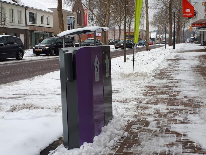 Nieuw straatmeubilair in de heringerichte Grotestraat in Nijverdal.