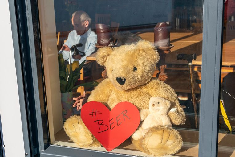Beren voor het raam uit solidariteit bij een woonzorgcentrum.