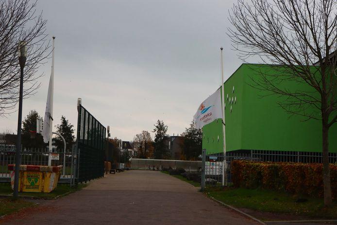 Vlaggen halfstok bij het Almere College in Kampen, waar donderdag een 13-jarige leerling onwel werd en uiteindelijk overleed.